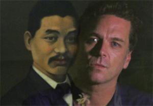 Josh Quong Tart 在曾祖梅光達的畫像前佇立凝視