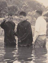61年梁牧師為筆者施洗