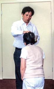 陳牧師為華嫂施行滴水禮