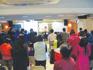 陳太帶領會眾禱告