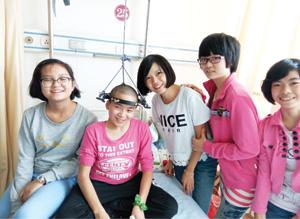 兒童村同家舍的女孩子,到醫院去探望劉惠萍。