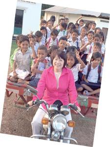 育明與她的柬埔寨兒女