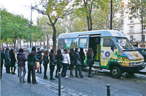 世界醫生組織的「荷花車」,為巴黎華裔妓女提供健康檢查。