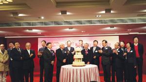 「天道」慶生,董事們切蛋糕。