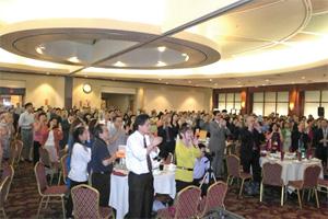 角聲餐會現場400 多來賓一起讚美