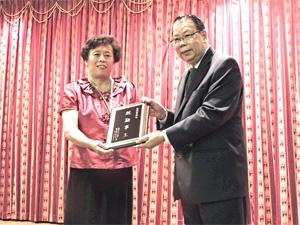 勞伯祥牧師頒發20 年「殷勤事主」服務獎牌給潘師母