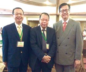 台北經文處齊永強副處長(右)與勞牧師、王曉明