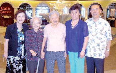 母親與沈正師母暨袁伯母、潘政喜牧師師母在板橋合照