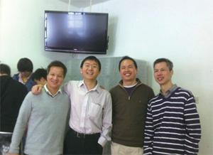 永豪(右二)與教會弟兄合照