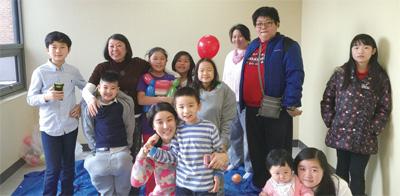 後排左一Terry;後排左五Irene,紅色氣球前;最前排右一Yi Lin
