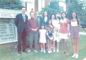 一家人與剛來美團聚的祖母合照;右二為趙小蘭部長