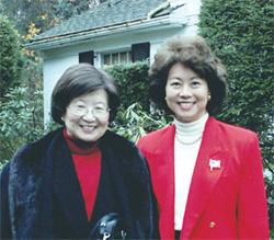 趙小蘭部長(右)與母親