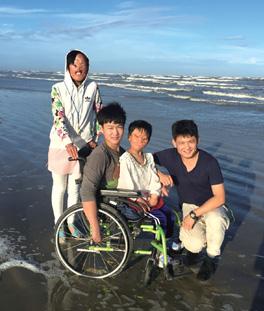 坐輪椅者為秦明河