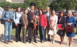 兒子大學畢業時,與楊家姑姑、伯伯、伯母等親友合照