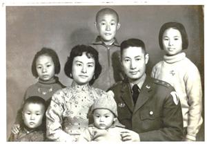 陳瑞曾教授(左前)4歲時的全家福照片